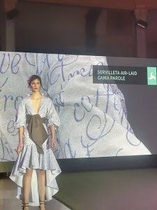 Vestido de moda confeccionado con manteles air laid gama parole