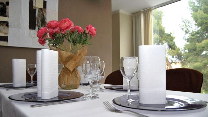 colores-blancos-para-decorar-la-mesa-servilleta-Airlaid-Greca-la-pajarita-mapelor