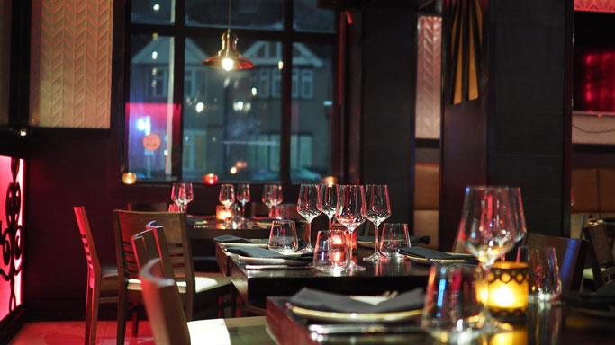 vestir-la-mesa-fundamental-en-la-decoracion-de-restaurantes-la-pajarita-mapelor