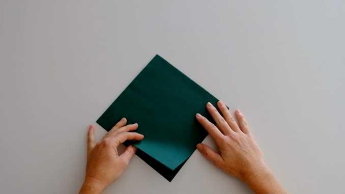 4-formas-de-doblar-servilletas-de-papel-para-navidad-en-forma-de-arbol-gama-stars-la-pajarita-mapelor