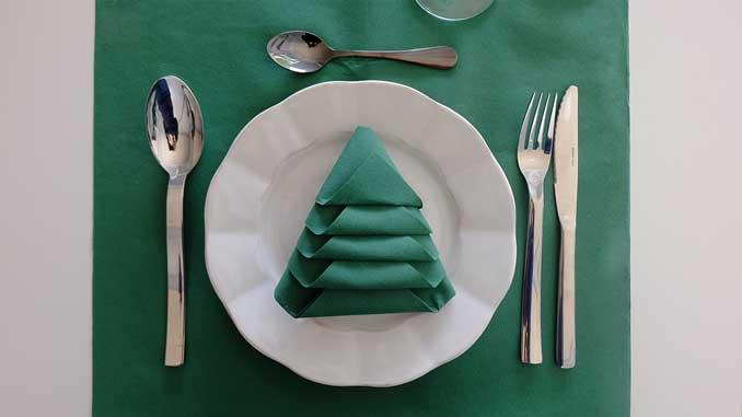 4-formas-de-doblar-servilletas-de-papel-para-navidad-en-forma-de-arbol-la-pajarita-mapelor