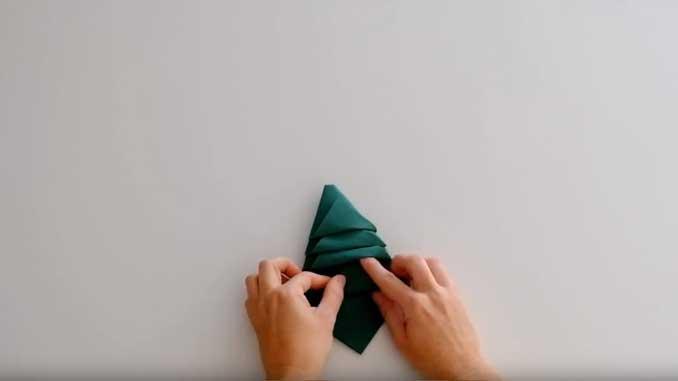 4-formas-de-doblar-servilletas-de-papel-para-navidad-en-forma-de-arbol-pliega-las-capas-la-pajarita-mapelor