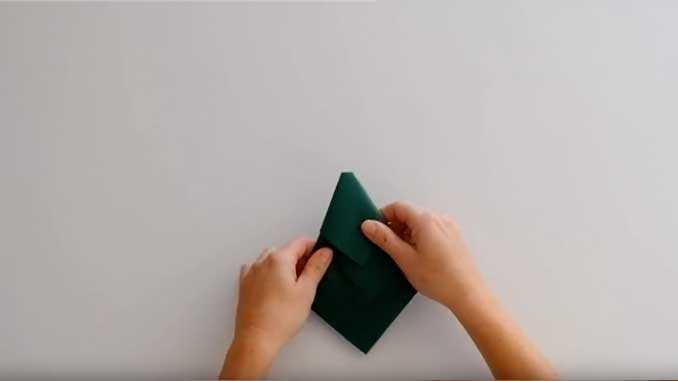 4-formas-de-doblar-servilletas-de-papel-para-navidad-en-forma-de-arbol-vuelve-a-darle-la-vuelta-la-pajarita-mapelor