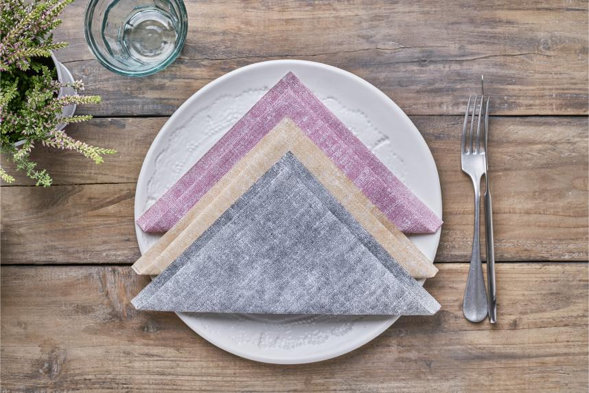 combinar-colores-doblando-servilletas-de-papel