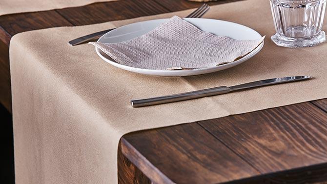 consejos-para-decorar-las-mesas-de-un-restaurante-caminos-de-mesa-la-pajarita