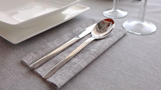 consejos-para-decorar-las-mesas-de-un-restaurante-cubiertos-sahara-la-pajarita-mapelor