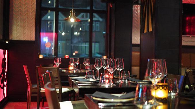 consejos-para-decorar-las-mesas-de-un-restaurante-iluminacion-con-velas-la-pajarita-mapelor