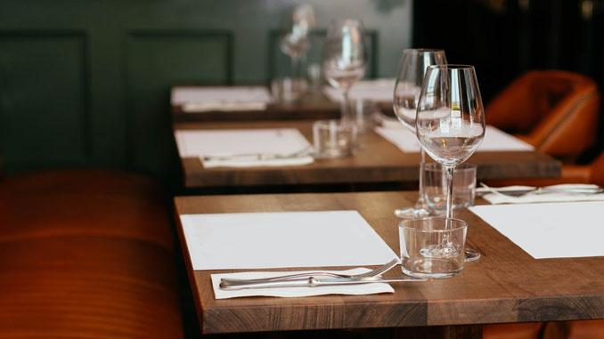 consejos-para-decorar-las-mesas-de-un-restaurante-la-pajarita-mapelor