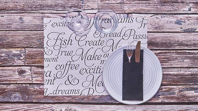 consejos-para-decorar-las-mesas-de-un-restaurante-manteles-individuales-la-pajarita