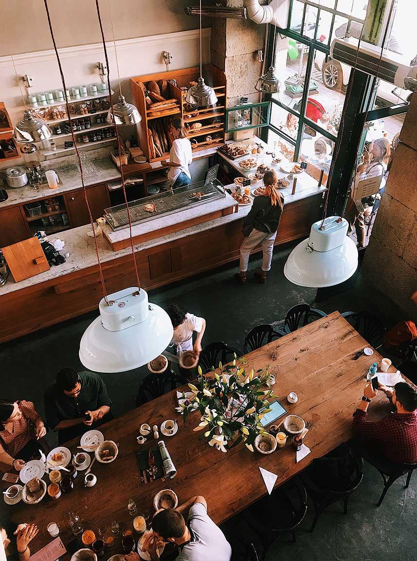 decora-tu-restaurante-con-mesas-de-grupo-la-pajarita