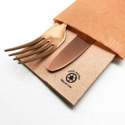 detalle-sobres-con-cubiertos-de-papel-ecologico-kraft-la-pajarita