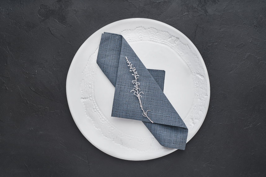 doblar-servilletas-de-papel-de-manera-alargada-la-pajarita-mapelor