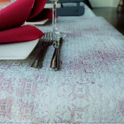 manteles-decorados-de-papel-tesela-burdeos-deco-1x100-la-pajarita-mapelor
