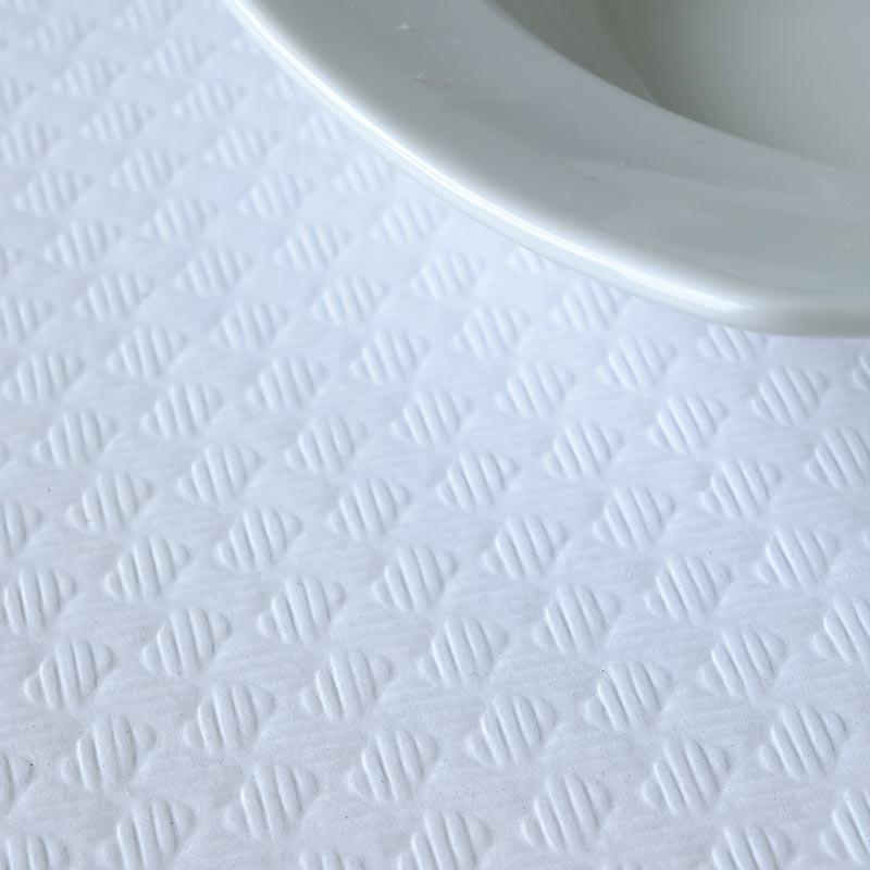 Los manteles de papel blancos para hostelería son todo un clásico. En La Pajarita encontrarás productos básicos para cualquier bar, restaurante o cafetería. Nuestros manteles de papel son personalizables, ¡consúltanos! Encontrarás este producto en nuestro catálogo con la referencia 10014040.