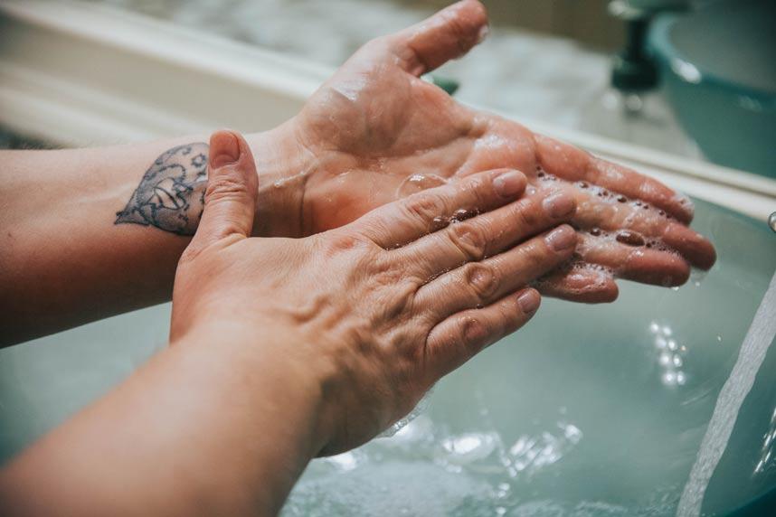 personas-no-se-lavan-bien-las-manos-covid-19