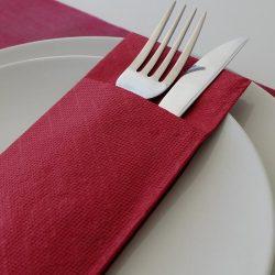servilletas-canguro-de-papel-40x32-color-burdeos-detalle-la-pajarita-mapelor